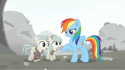 Size: 1366x770   Tagged: safe, screencap, barley barrel, pickle barrel, rainbow dash, pony, rainbow roadtrip, barleybetes, barrel twins, barrelbetes, brother and sister, colorless, colt, cute, dashabetes, desaturated, discovery family logo, female, filly, flower, folded wings, grass, grayscale, hill, male, mare, monochrome, picklebetes, raised eyebrow, raised hoof, siblings, smiling, smirk, twins, wings