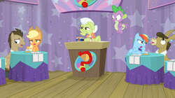 Size: 1600x898   Tagged: safe, screencap, applejack, doctor whooves, granny smith, matilda, rainbow dash, spike, time turner, dragon, a trivial pursuit, spoiler:s09e16, groan, notepad, podium, question mark, winged spike