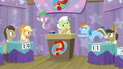 Size: 1600x894 | Tagged: safe, screencap, applejack, doctor whooves, granny smith, matilda, rainbow dash, spike, time turner, dragon, a trivial pursuit, spoiler:s09e16, accusation, bell, card, curtains, notepad, podium, question mark, score, table, winged spike